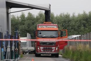 Vrachtwagenchauffeur ramt luifel met kraan