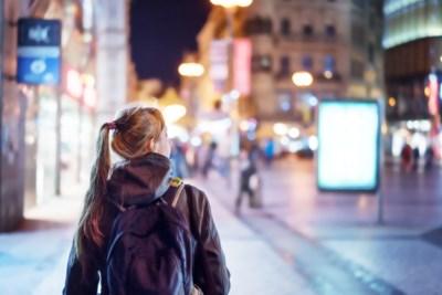"""""""Hij spuugde in mijn gezicht omdat ik niet inging op zijn versierpogingen."""" Waarom 1 op 2 meisjes omweg maakt in de stad"""