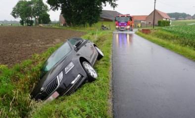 Automobilist belandt in gracht door oliespoor
