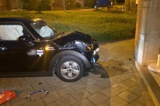Auto botst tegen gevel in Genk, twee lichtgewonden