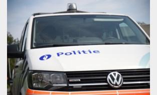 Auto tegen gevel in Genk