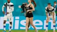 Dit mocht je niet zien op tv: vrouw loopt in sexy outfit het veld op tijdens wedstrijd Rode Duivels