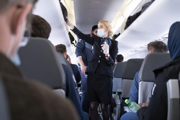 """""""Laag coronarisico in het vliegtuig"""", zegt nieuw onderzoek, maar Vlaamse expert nuanceert: """"Je kan onmogelijk stellen dat vliegen volledig veilig is"""""""
