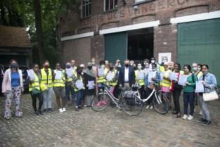 Volwassen cursisten nemen fietsdiploma in ontvangst