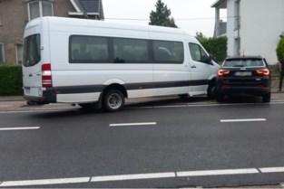 Geen gewonden na botsing tussen schoolbusje en auto in Tongeren