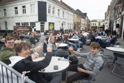 Stationsstraat één groot terras voor einde examens, krijtcirkels in stadspark