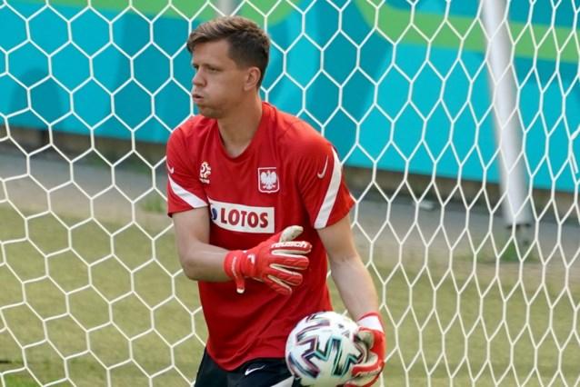 Poolse doelman Szczesny rookt doodleuk sigaretje voor hij teambus opstapt