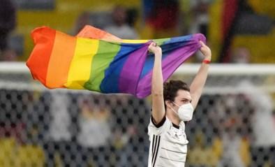Na alle heisa: fan loopt veld op en poseert met regenboogvlag voor Hongaarse spelers