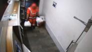 Vuilnisman dumpt zelf gevonden sluikstort in hal appartementsgebouw