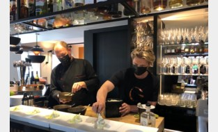Gene Thomas schept ijsjes met een scheutje gin