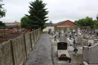 """Als het kerkhof vol ligt, moet de school een stukje speelplaats afstaan: """"Met een extra rij kunnen we weer enkele jaren verder"""""""