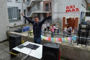 """Meester Maarten (33) maakte tijdens lockdown schoolradio vanuit zijn huiskamer: """"Maaltafels kan je heel goed leren op muziek"""""""
