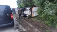 Vrachtwagen met voedingswaren kantelt: N8 zeven uur lang versperd