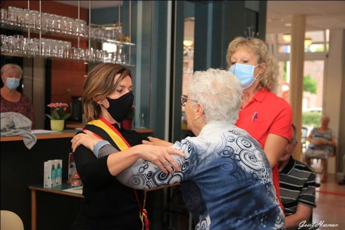 """Bewoners wzc Sint-Pieter worstelen rondje met gouverneur Carina Van Cauter: """"Sterke vrouwen en mannen hier"""""""