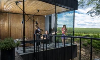 Deze keer mag je wél de slaapkamer zien: kijk binnen in dit zomerhuis op palen