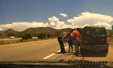 Agent zet zwalpende auto aan de kant, maar moet meteen opnieuw ingrijpen om een drama te vermijden