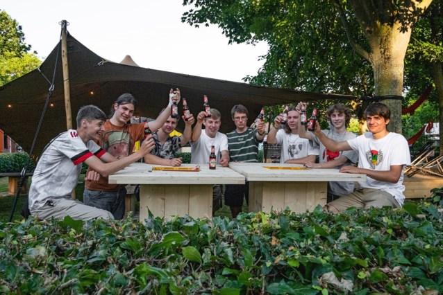 Jeugdhuis De Vonk opent eigen zomerbar De Stek