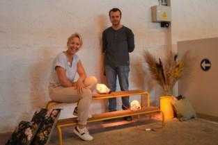 """Pepijn (22) en Tine (44) stellen hun lampen en zitbanken tentoon in Farmfabriek: """"Onze creaties tillen elkaar naar een hoger niveau"""""""