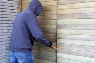 Inbrekers forceren sloten van twee huizen