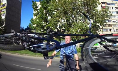Verkeersruzie loopt uit de hand: razende man slaat met fiets op auto