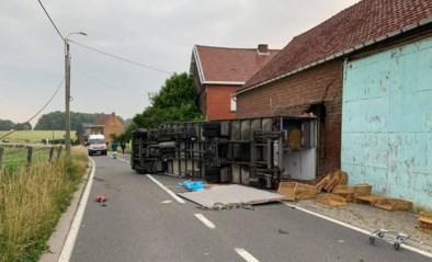 Vrachtwagen belandt tegen schuur