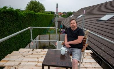 Karl heeft eindelijk oplossing voor burenruzie over metershoge haag: een zonneterras op een stelling