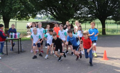 Kinderen Minnepoortje lopen voor CO2-meters in de klas