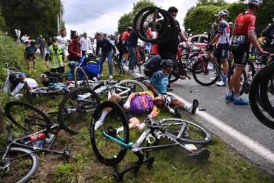 """Eerste keer duizenden fans langs de kant, twee massale valpartijen in Tour de France: """"Na anderhalf jaar zonder moeten we de hectiek en publiek weer gewoon worden"""""""