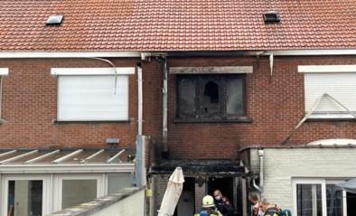 Achterzijde van woning raakt zwaar beschadigd door brand