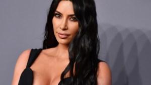 Onherkenbare Kim Kardashian met blond haar en bleke wenkbrauwen in nieuwe ondergoedreclame