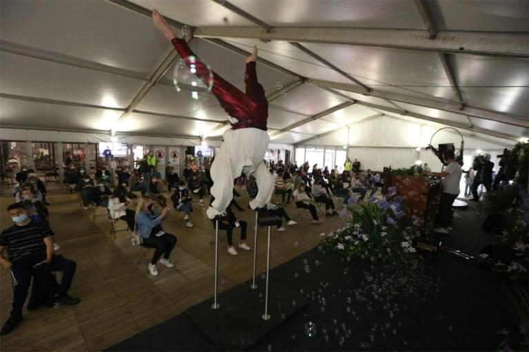 4.000 jongeren laten zich in Tomorrowland-sfeer en door bekende virologen vaccineren in Antwerps vaccinatiedorp