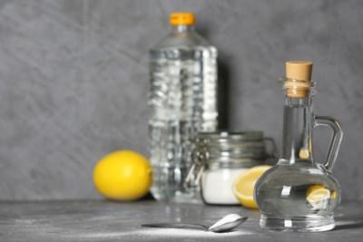 Het is een van de meest veelzijdige schoonmaakproducten, en toch maak je beter niet álles schoon met azijn