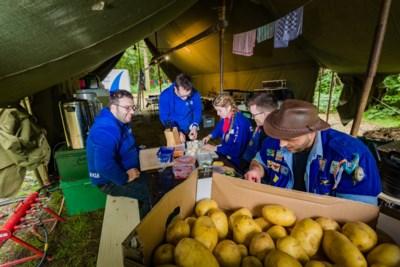 Van de schoolbanken recht naar de tent: honderden jongeren vertrokken op eerste vakantiedag op kamp