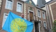 """In deze gemeente wappert al dertig jaar de verkeerde vlag, maar een rechtzetting is in zicht: """"Paar keer hertekend door creatieve zielen"""""""