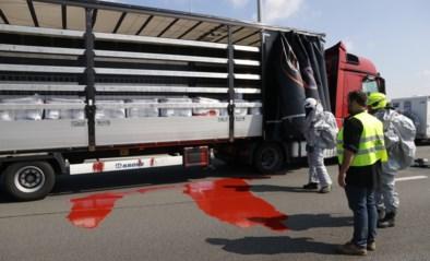 Bestelwagen in de gracht na ongeval: E17 bedekt met rode verf<BR />