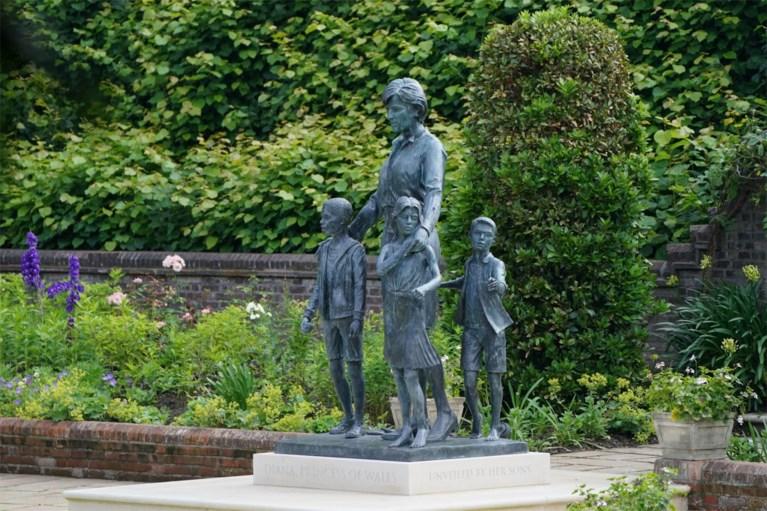 Niet Harry en William, maar wel dríé kinderen bij pas onthulde standbeeld Diana: hierop is het geïnspireerd
