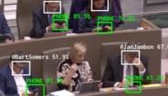 "Kunstproject ""The Flemish Scrollers"" trekt gsm'ende politici aan de oren"