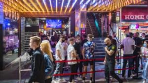 """Onze reporter trok met Vlaamse jongeren naar Spaanse feestoorden: """"Op straat kijkt politie streng toe, binnen dansen barmannen mee op tafel"""""""