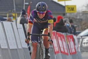 Lisa Klein wint proloog in Utrecht en fietst vrijdag in leiderstrui door het Meetjesland