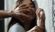 Drankverslaafde vrouw valt agenten aan in cel