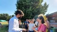 Minister van Jeugd Dalle geeft 'Chapeau' aan kampleiding