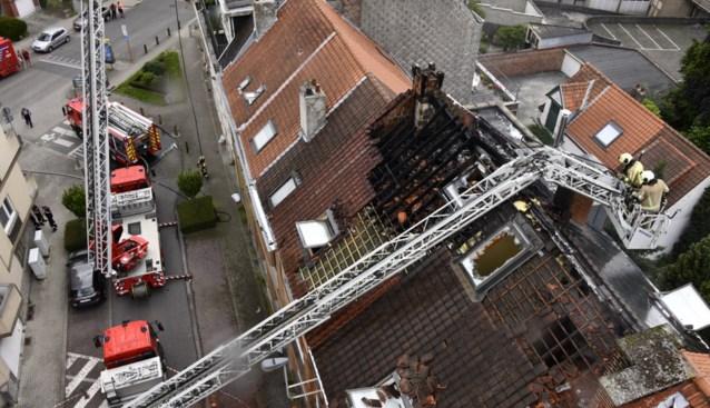 Aanpalende woningen onbewoonbaar na hevige dakbrand