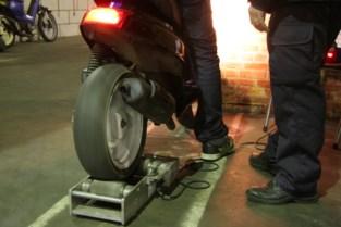 Politie neemt bromfietsen met verborgen snelheidsknop in beslag