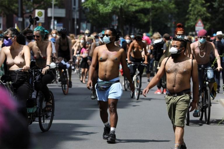 Donne in topless nella campagna di Berlino per il diritto al seno nudo