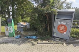 Kledingcontainers en AED-toestel geramd