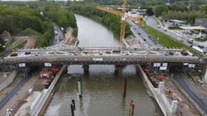Spektakel aan de R4: enorme nieuwe brug wordt straks op haar plaats 'geschoven'