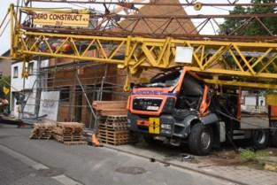 Bouwkraan valt op cabine van vrachtwagen: chauffeur in levensgevaar