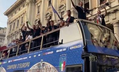 Italiaanse nationale ploeg verrast massa uitzinnige fans met doortocht door hoofdstad