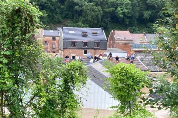"""Mensen vluchten het dak op: """"Kom ons alstublieft redden, het water blijft stijgen"""