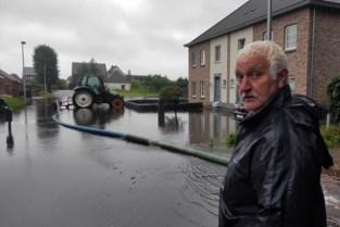 """Straat in Lommel al zesde keer in twee weken onder water: """"De schrik zit er hier goed in"""""""